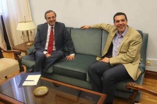El líder de la conservadora Nueva Democracia (ND), Antonis Samarás (izda), se reúne con el líder de la Izquierda Radical de Syriza, Alexis Tsipras (dcha), en el Parlamento griego en Atenas.