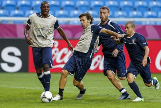 El internacional italiano Andrea Pirlo (2i) controla un balón durante un entrenamiento de su selección en Poznan, Polonia,.