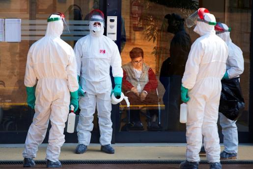 Efectivos del UME trabajan en la desinfeccion de la residencia Los Sauces, de Sant Boi del Llobregat (Barcelona), este lunes, vigesimotercer día de confinamiento por el estado de alerta declarado por el Gobierno por la pandemia de coronavirus.