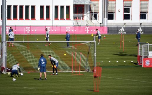 Los jugadores del Bayern de Múnich, separados por grupos en el entrenamiento de este lunes.
