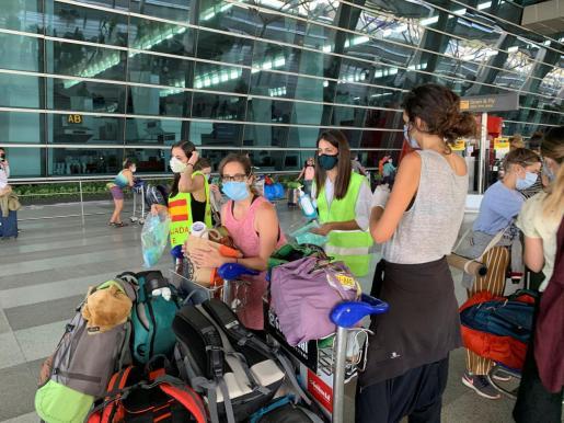 Turistas españoles varados en la India llegan al aeropuerto internacional de Nueva Delhi para embarcar en el vuelo fletado por el Gobierno español que repatriará a España a unos 250 españoles tras hacer una breve escala en la región meridional india de Goa.