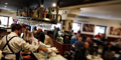 Imagen del Bar Mavi, en plena ebullición en pleno servicio.
