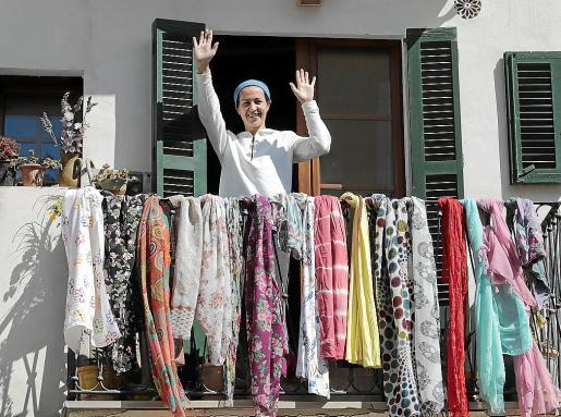 Tere llena de pareos de colores su balcón y luego saluda.