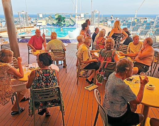 Imagen de varios de los pasajeros del crucero 'Costa Deliziosa'.