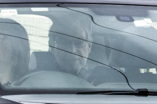 El cardenal Pell, en libertad, es trasladado en un vehículo este martes.