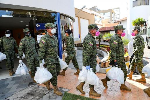 Militares ecuatorianos transportan ayudas dispuestas por el Municipio de Quito (Ecuador), para ayuda a personas en situación de vulnerabilidad.