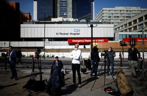 Expectación a las puertas del St Thomas' Hospital, donde está ingresado Boris Johnson.