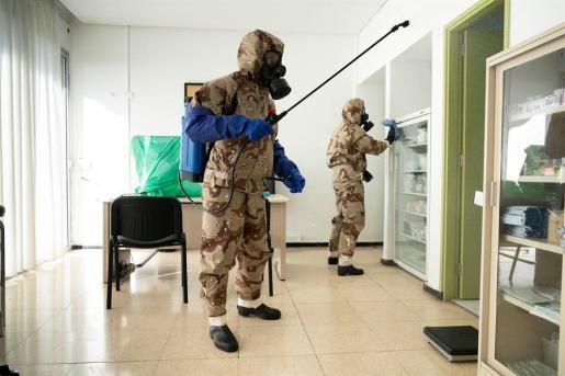 Dos militares, desinfectado una sala de un centro de salud.