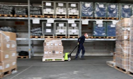 Un operario trabajando en un centro de logística de material sanitario en Alemania.