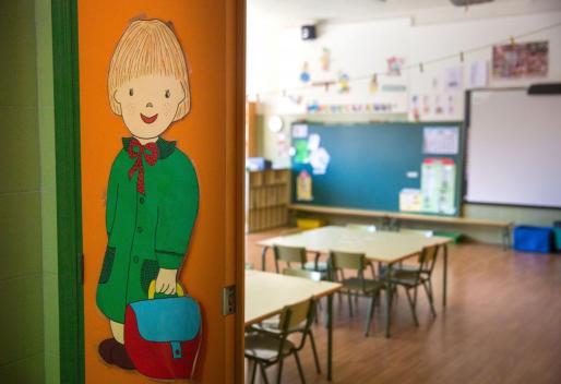 Un aula vacía en el colegio público.