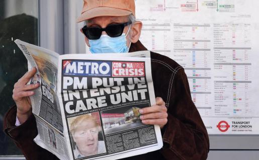 Un hombre leyendo la prensa en Londres.