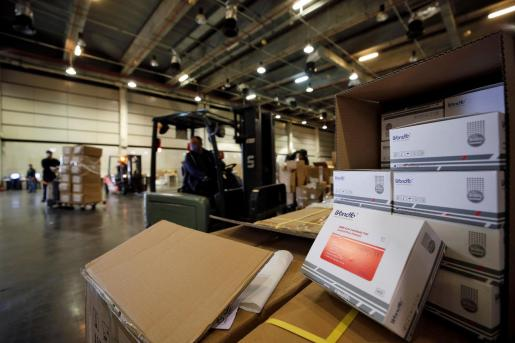 La Generalitat Valenciana ha comenzado el reparto de la carga con material sanitario que llegó en avión procedente de China con 506.00 mascarillas quirúrgicas,994.450 guantes,260.860 monos EPI y 60.000 gafas de protección ocular.