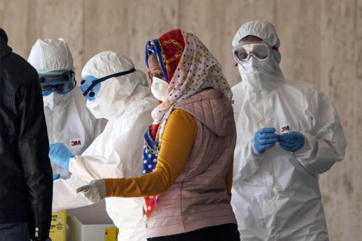 Personal sanitario atendiendo a una mujer en Roma.