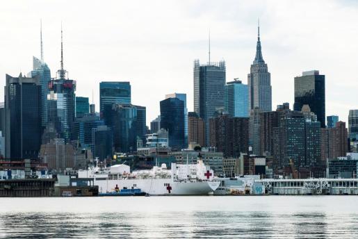 El buque hospital Comfort en el puerto de Nueva York.