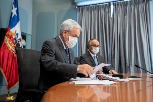 El presidente de Chile, Sebastian Piñera, y el canciller del país, Teodoro Ribera, este lunes durante una reunión por videoconferencia del Prosur desde Santiago (Chile).