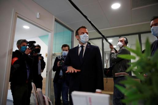 El presidente francés Emmanuel Macron visitando un centro hospitalario.