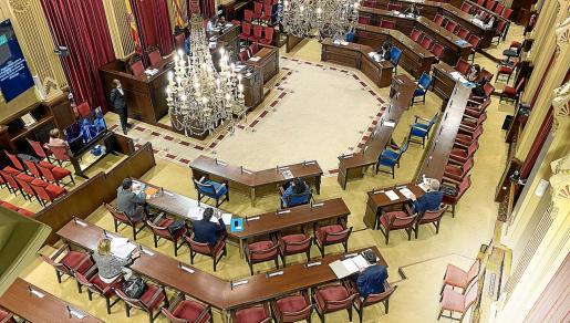 El salón de plenos del Parlament mostraba este martes de nuevo una insólita imagen, con apenas trece diputados en la Cámara para participar en la sesión de la Diputación Permanente.