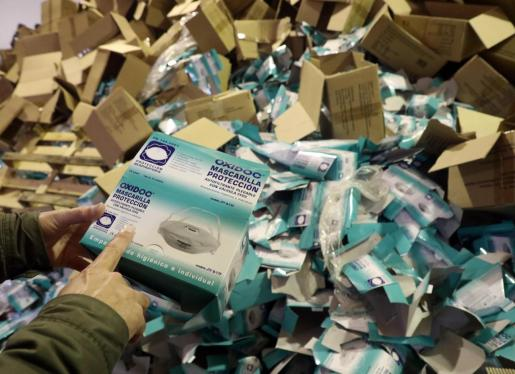 Detalle de una de las cajas de las mascarillas Oxidoc.