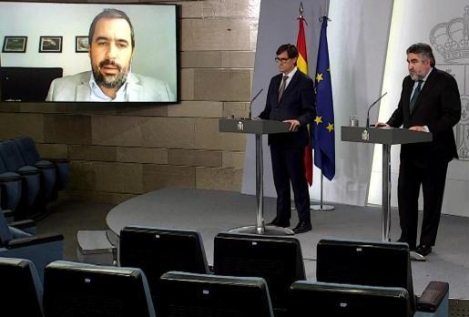 El ministro de Sanidad, Salvador Illa (i), y del ministro de Cultura y Deporte, José Manuel Rodríguez Uribes, durante la rueda de prensa de este martes.