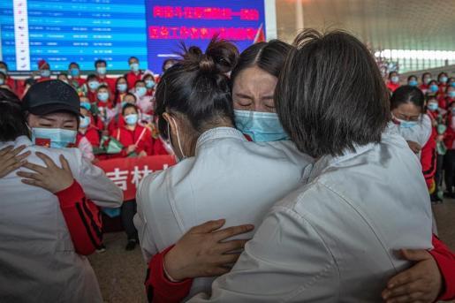 Abrazo en Wuhan entre varias ciudadanas y sanitarias tras decretarse el fin de la cuarentena.