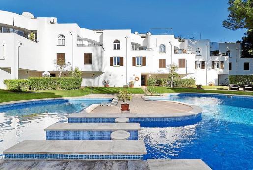 La piscina de la urbanización es todo un lujo por su tamaño y por su diseño, tan especial.