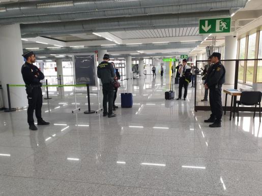 Los agentes controlando la llegada de pasajeros en Son Sant Joan.