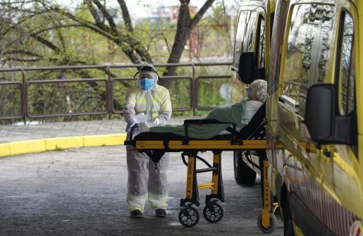 Imagen de la entrada de un paciente en el hospital Severo Ochoa de Madrid.