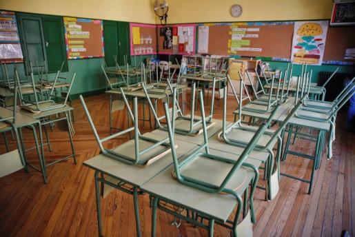 Un aula desierta en el colegio público.