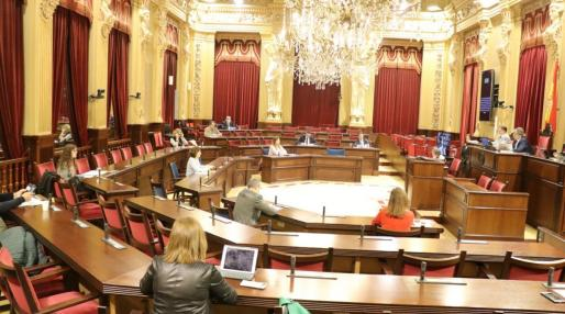 La Mesa y la Junta de Portavoces aprobó ayer retomar las sesiones plenarias, aunque serán en formato reducido, con trece diputados en el salón de plenos. Se acaban así las reuniones de la Diputación Permanente, como la celebrada esta semana.