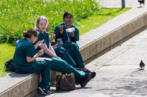 Personal sanitario almorzando en el exterior del St.Thomas' Hospital en Londres.