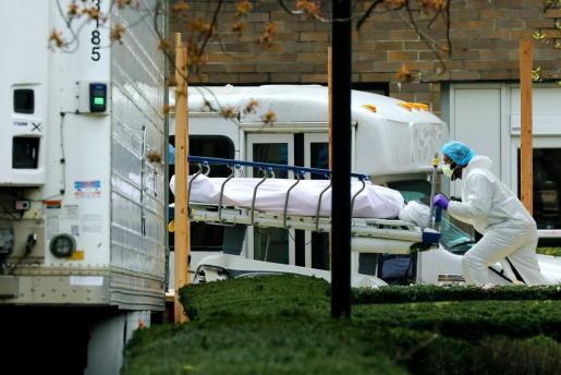 Personal médico trasladando a un fallecido con coronavirus en Nueva York.