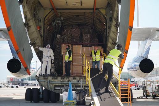 Imagen de la llegada del material sanitario, este miércoles, al aeropuerto de Son Sant Joan.