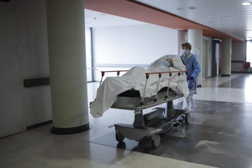 Traslado de una paciente enferma con coronavirus en los pasillos del hospital Son Espases.