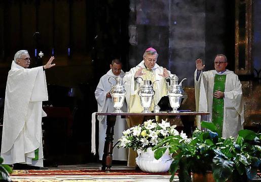 Acompañado de dos presbíteros, el obispo Sebastià Taltavull presidió este miércoles en una Catedral de Mallorca sin fieles la celebración de la misa crismal y la consagración de los óleos. El tradicional homenaje a los presbíteros quedó aplazado.