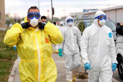 Efectivos de la Brigada Paracaidista, en colaboración con la Unidad Militar de Emergencias, se protegen con Equipos de Protección Individual (EPI) para realizar tareas de traslado de fallecidos por Coronavirus.