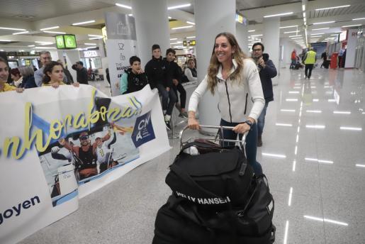 La regatista Paula Barceló regresa a Mallorca con su título del Mundial de 49erFX en Australia, el pasado mes de febrero.