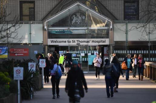 Imagen de la entrada al hospital en el que está ingresado Boris Johnson.