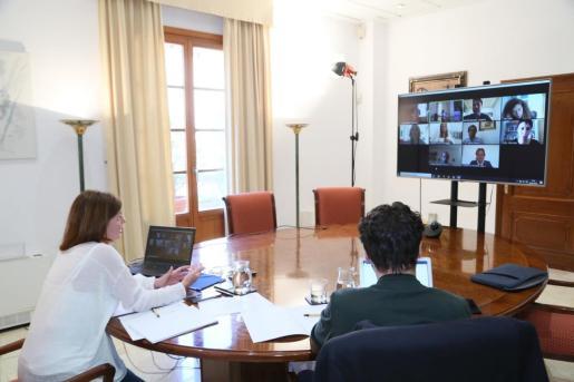 Francina Armengol y Miquel Àngel Coll, durante la reunión telemática que han mantenido con los partidos.