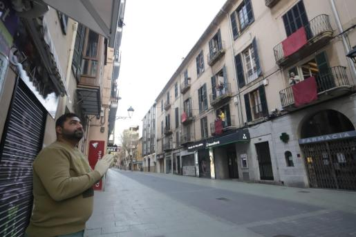 Aspecto de la calle Oms a la hora de los aplausos. Balcones engalanados, sin procesión.