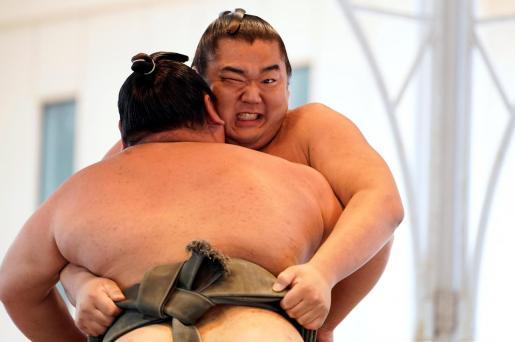 Imagen de archivo de dos luchadores de sumo.