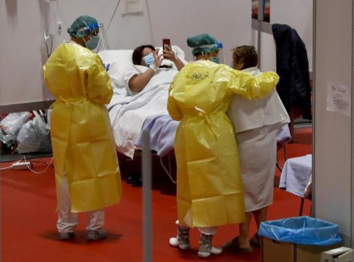 Personal sanitario atiende a enfermos en el pabellón 9 del Hospital de campaña de Ifema.