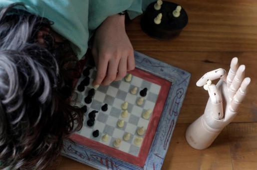 Un niño juega al ajedrez en solitario durante el estado de alarma decretado por el Gobierno.