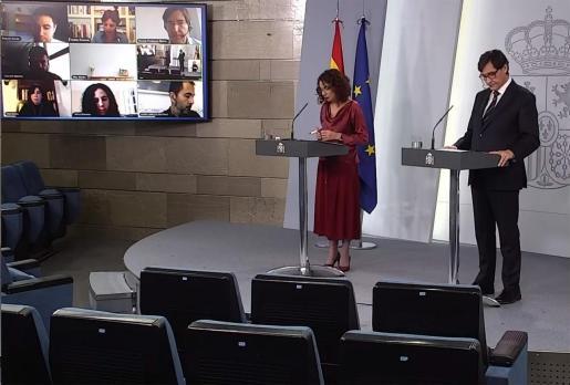 La ministra portavoz del Gobierno, María Jesús Montero, y el ministro de Sanidad, Salvador Illa, tras la reunión extraordinaria del Consejo de Ministros que ha tenido lugar este Viernes.