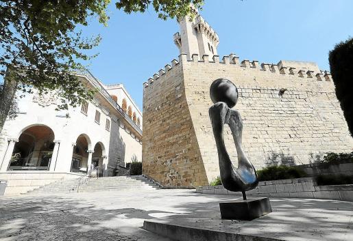 'Monument, dona' (1970), de Miró, frente al Palau March y muy cerca de la Catedral.