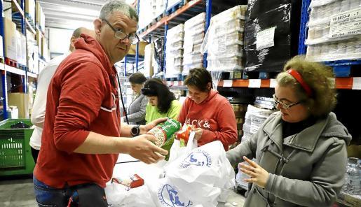 Un grupo de voluntarios prepara los lotes que después será repartidos entre los colectivos más desfavorecidos.