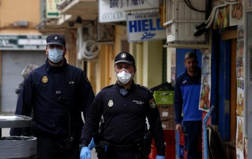 Agentes de la Policía Nacional controlando las calles de Palma.