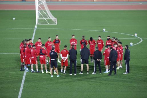 Los jugadores del Real Mallorca dialogan sobre el césped de Son Moix.