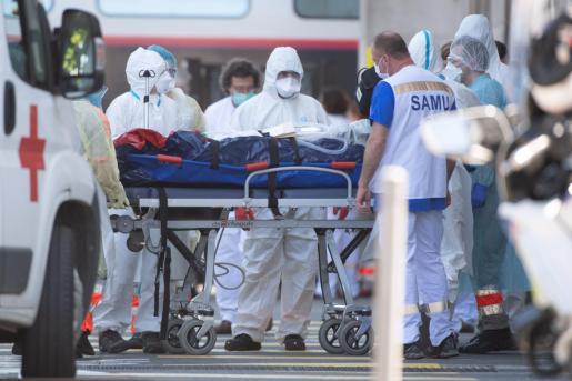 El personal médico de emergencia desembarca a un paciente de un tren de alta velocidad junto a una ambulancia, en la estación de trenes de Burdeos (Francia).