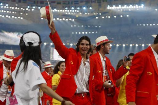 El tenista español Rafael Nadal (c) participa junto a sus compañeros de delegación en la ceremonia de inauguración de los Juegos Olímpicos Pekín 2008 en el Estadio Nacional de Pekín.