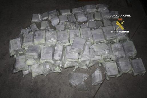 Imagen facilitada por la Guardia Civil en la que se muestra la droga incautada dentro de la 'operación Caballa'.